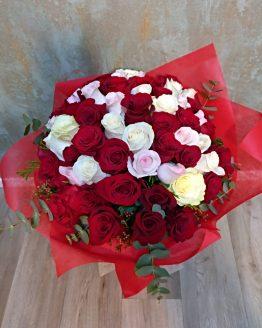 Ramos de rosas blancas y rojas para San Valentín