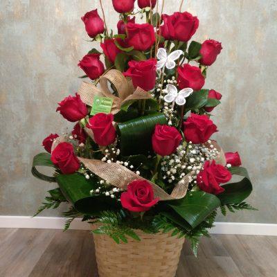 Cesto de rosas rojas para San Valentín