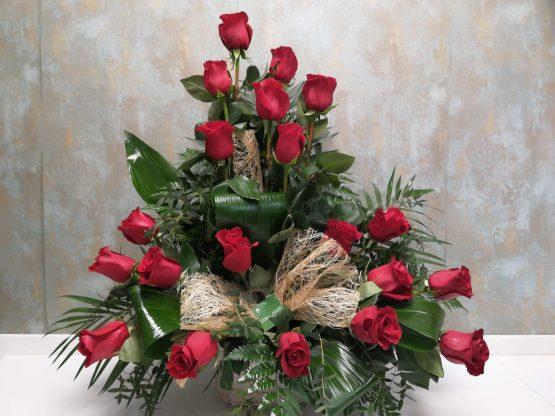 Centro grande de rosas rojas con pié