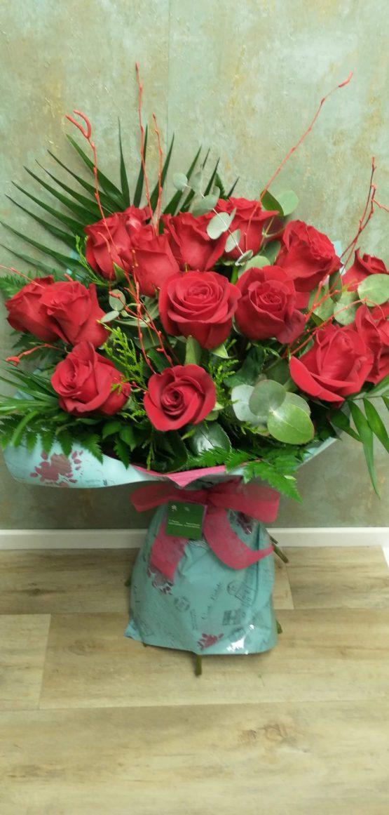 Ramo de mano de rosas rojas